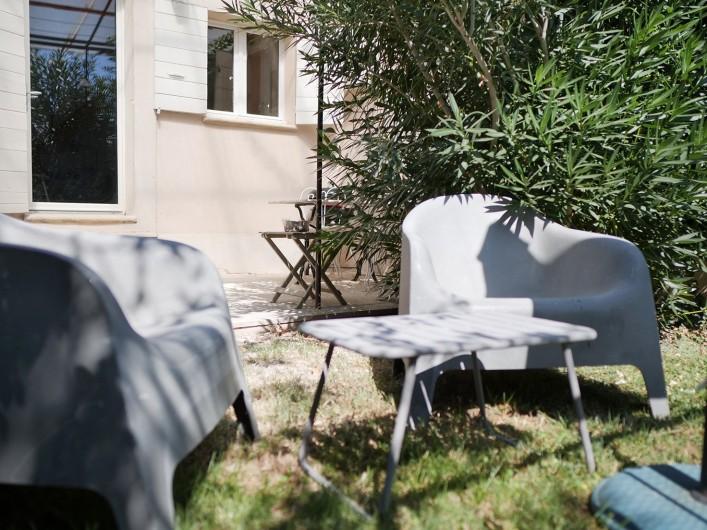 Location de vacances - Gîte à L'Isle-sur-la-Sorgue - jardinet sud
