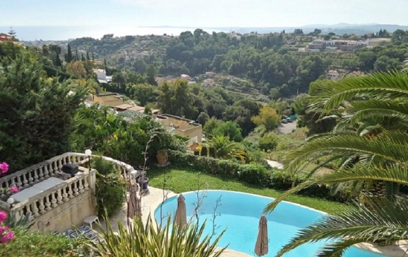 Location de vacances - Studio à Cagnes-sur-Mer - Vue de la piscine et de la terrasse