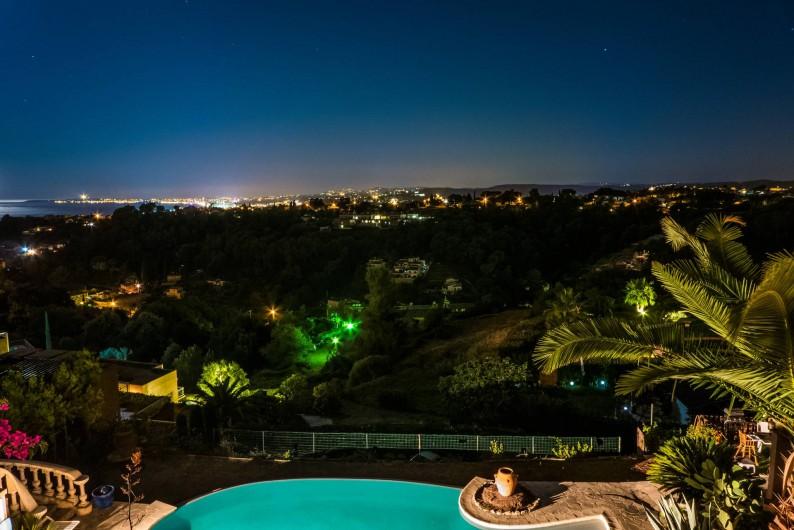 Location de vacances - Studio à Cagnes-sur-Mer - Vue nocturne du panorama et de notre piscine