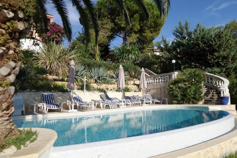 Location de vacances - Studio à Cagnes-sur-Mer - Vue de la piscine de son débordement