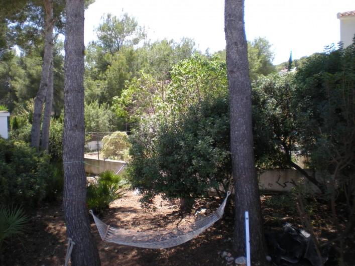 Location de vacances - Villa à Xàbia - fraicheur sous les pins