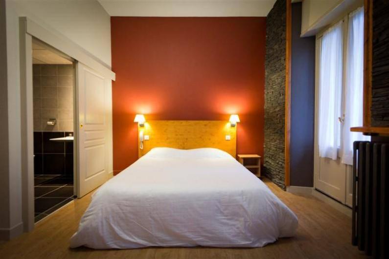 Location de vacances - Hôtel - Auberge à Cauterets - Chambre Spacieuse avec sa douche à l'italienne  Literie neuve