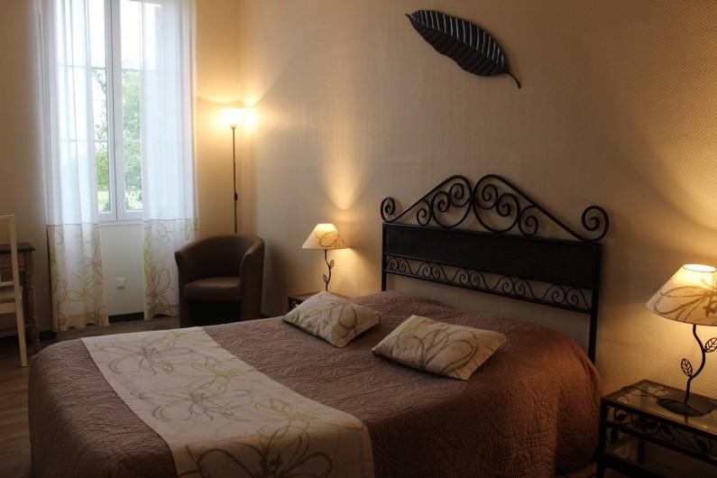Location de vacances - Chambre d'hôtes à Cubnezais - Suite Cabernet-Sauvignon chambre pour les parents. Située au rez-de-Chaussée