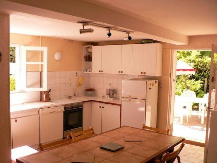 Location de vacances - Appartement à Arès - Cuisine : frigidaire, 4 feux, four électrique, micro-onde, lave-vaisselle, etc