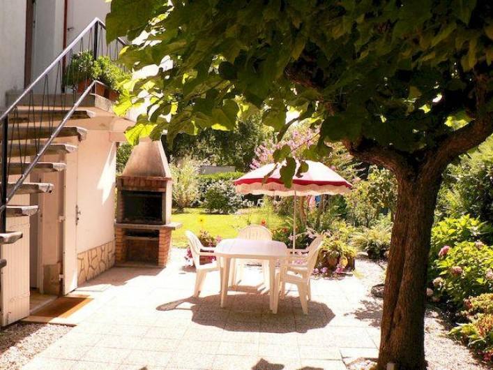 Location de vacances - Appartement à Arès - Terrasse avec table, fauteuils de jardin, parasols et barbecue