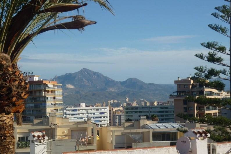 Location de vacances - Appartement à Alicante - la vue du balcon au nord (entrée de la maison).