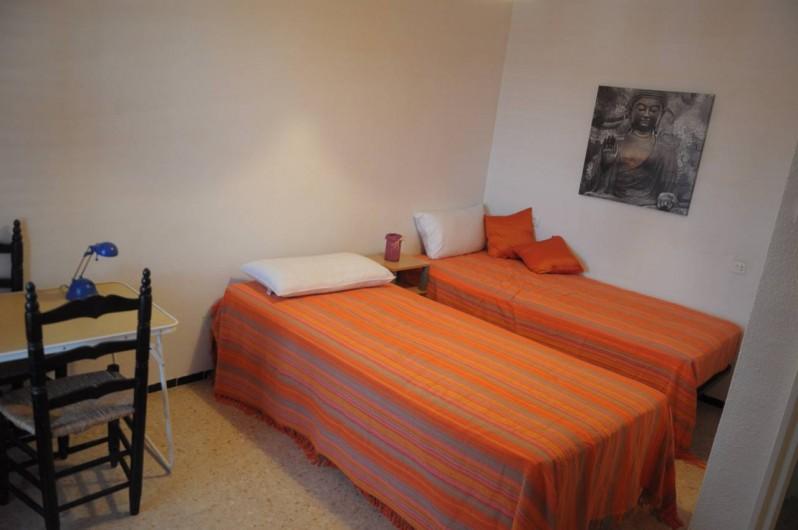 Location de vacances - Appartement à Alicante - Grande chambre d'enfants ou d'amis, exposée au nord, avec balcon.
