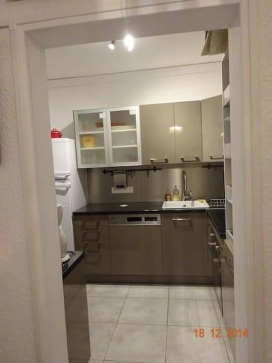 Location de vacances - Appartement à Lunel - cuisine amén, frigo/congel, plaq induct; lave vais, four élect + micro onde