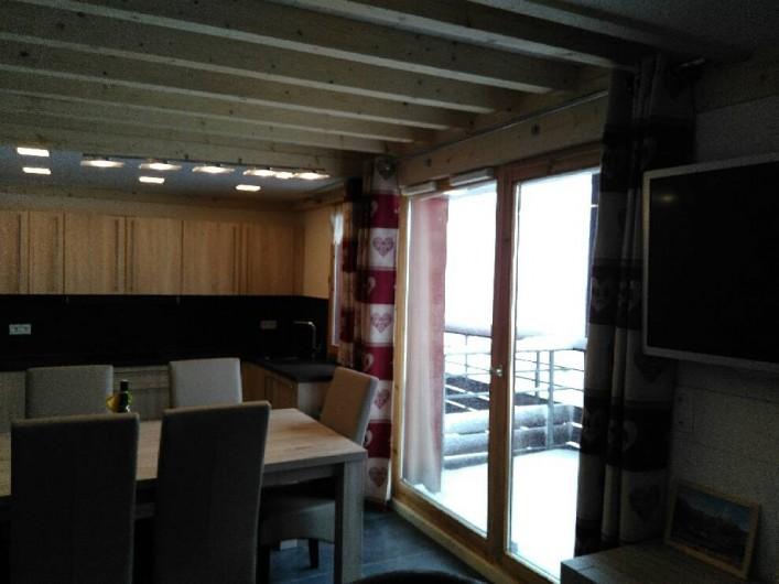 Location de vacances - Appartement à Le Corbier - Séjour cuisine vue sur balcon