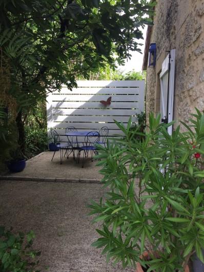 Location de vacances - Gîte à Saint-Rabier - Terasse  sous le figuier