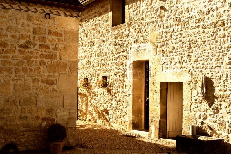 Location de vacances - Gîte à Saint-Rabier - Côté cour et parking