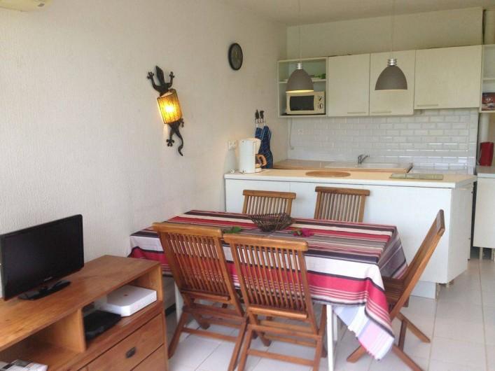 Location de vacances - Appartement à Pointe du Bout - Vue sur la cuisine depuis le séjour