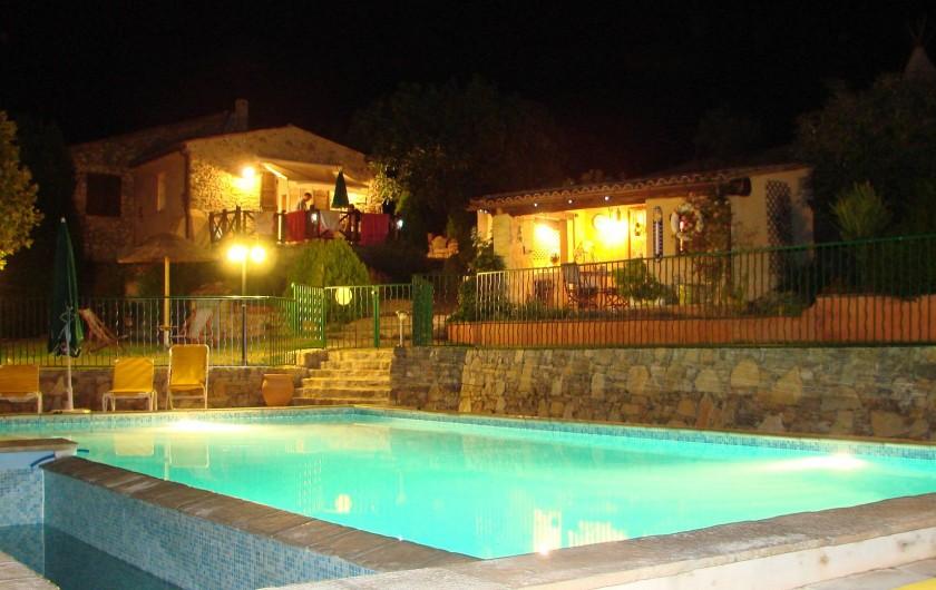 Location de vacances - Gîte à Saint-Martin-de-Pallières - La terrasse de la Bergerie vue sur la piscine