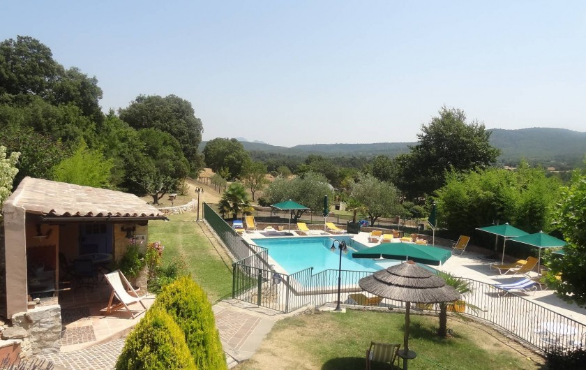 Location de vacances - Gîte à Saint-Martin-de-Pallières - Vue sur la piscine