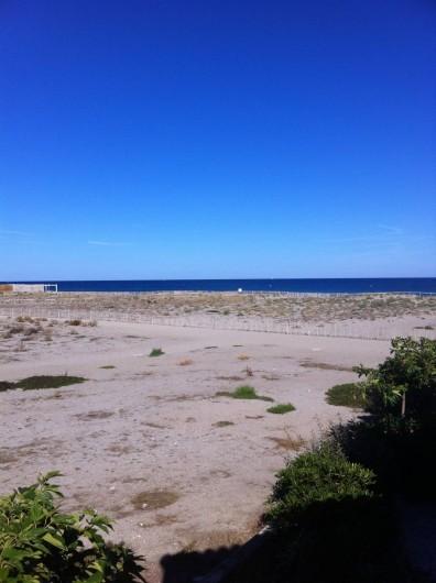 Location de vacances - Villa à Le Barcarès - Vue mer et buvette de la loggia