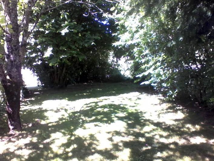 Location de vacances - Gîte à Béganne - pelouse arborée