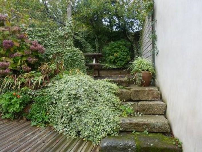 Location de vacances - Gîte à Béganne - terrasse et table de jardin espace repas en plein air