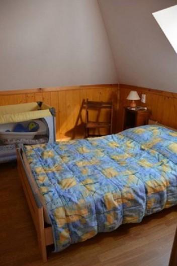 Location de vacances - Gîte à Béganne - chambre 2 lit 120x180  lit bébé 1 commode