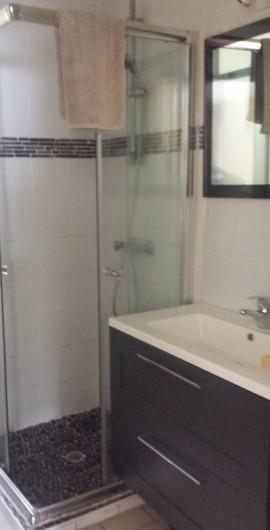Location de vacances - Appartement à Pointe du Bout - salle de bain avec douche et machine à laver