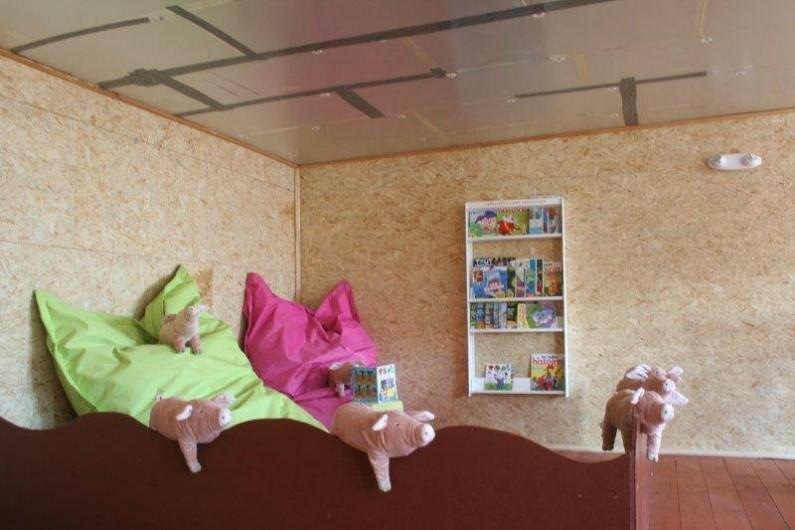 Location de vacances - Gîte à Durbuy - coin lecture de la salle de jeux