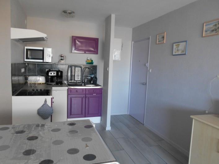 Location de vacances - Appartement à Saint-Hilaire-de-Riez - Cuisine fonctionnelle équipée d'un frigidaire table top.