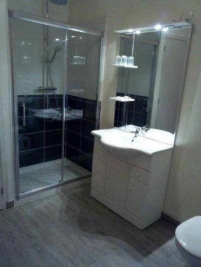 Location de vacances - Chambre d'hôtes à Hirel - salle d'eau chambre rouge