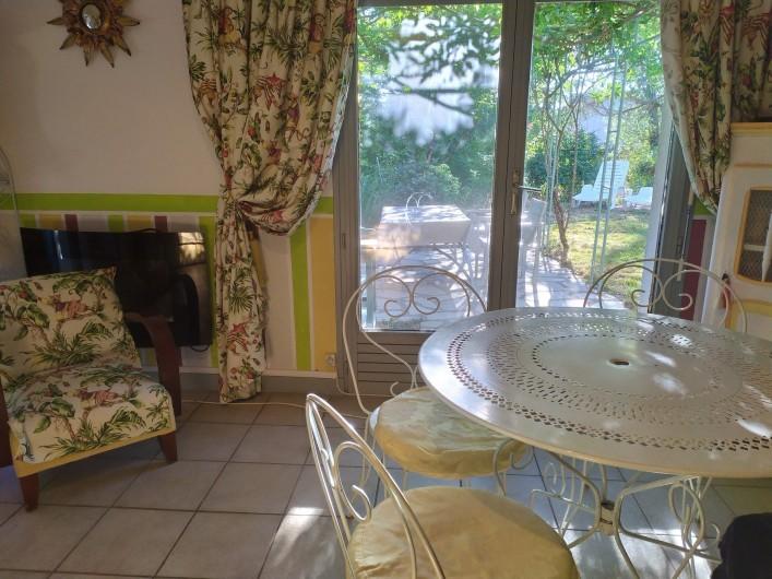 Location de vacances - Appartement à Bagnac-sur-Célé - Séjour donnant sur terrasse ouest