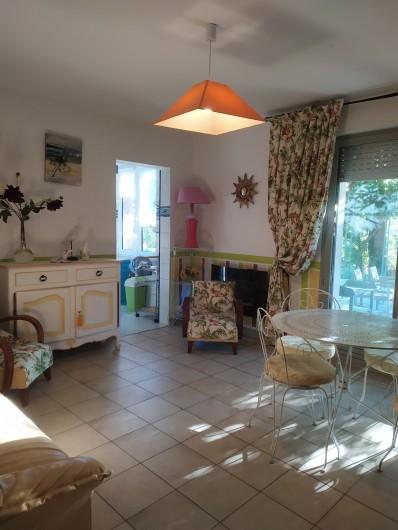 Location de vacances - Appartement à Bagnac-sur-Célé - Séjour donnant sur cuisine