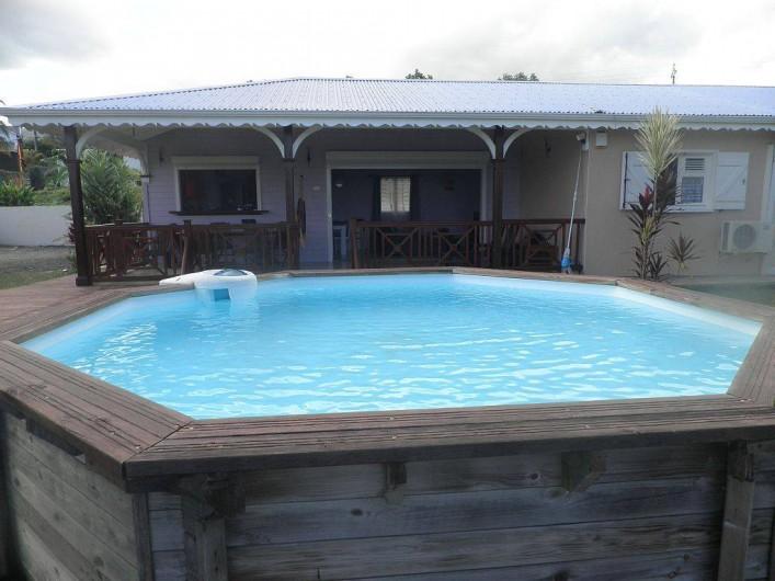 Location de vacances - Villa à Capesterre Belle Eau - piscine  vue de la villa