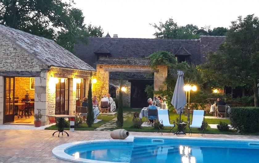 Location de vacances - Chambre d'hôtes à Saint-Crépin-et-Carlucet - Table d'hôtes au bord de la piscine