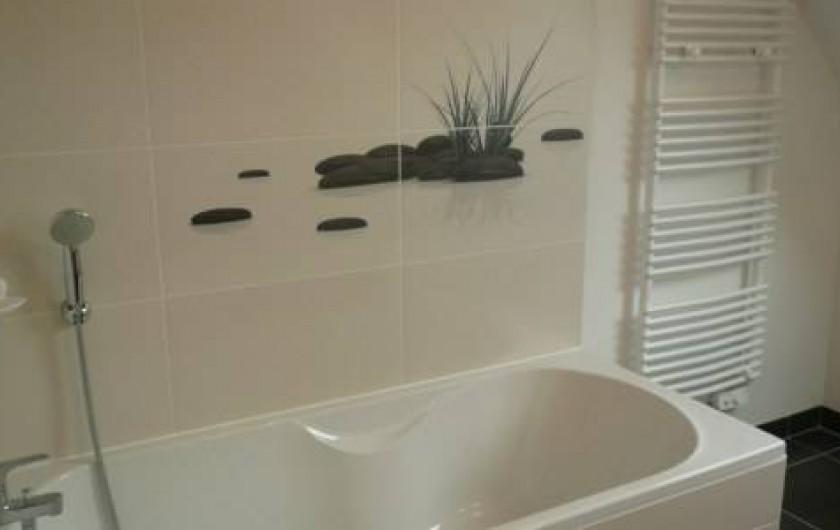 Location de vacances - Maison - Villa à Plouharnel - salle de bain étage meuble double vasque grand miroir sèche serviette