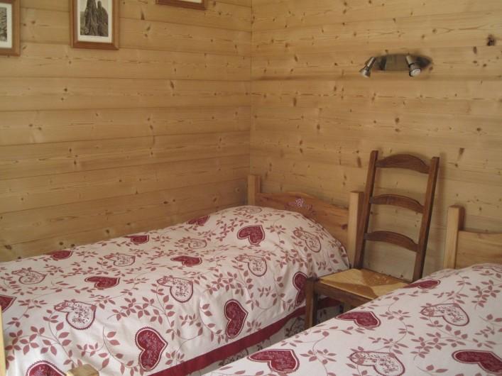 Location de vacances - Chalet à Le Grand-Bornand - la chambre avec ses deux lits .