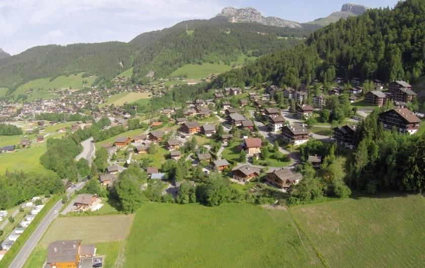 Location de vacances - Chalet à Le Grand-Bornand - le chalet par rapport au village au loin ....