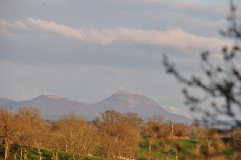 Location de vacances - Gîte à Charensat - Vue sur le Puy-de-Dôme