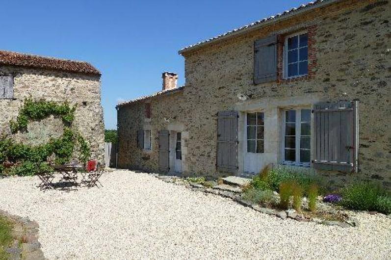 Location de vacances - Gîte à Château-Guibert - Façade sud et entrée de La Métairie
