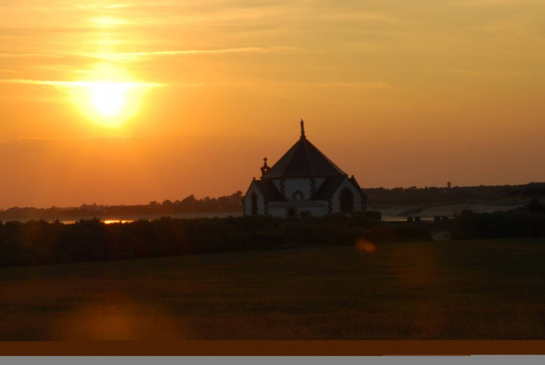 Location de vacances - Camping à Sarzeau - Coucher de soleil sur la chapelle de Penvins.