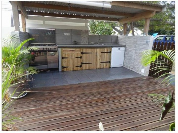 Location de vacances - Maison - Villa à Saint-Gilles les Bains - Cuisine extérieure avec lave vaisselle.