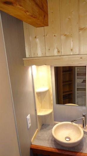 Location de vacances - Chalet à Saint-Nicolas-la-Chapelle - Lavabo dans salle douche
