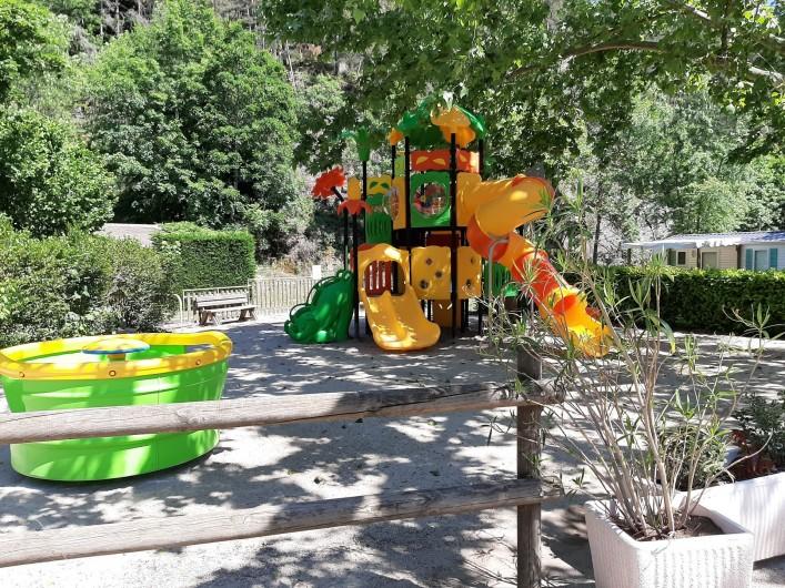 Location de vacances - Bungalow - Mobilhome à Lamastre - aire de jeux d'enfants Camping de retourtour 4 etoiles riviere piscine ardeche