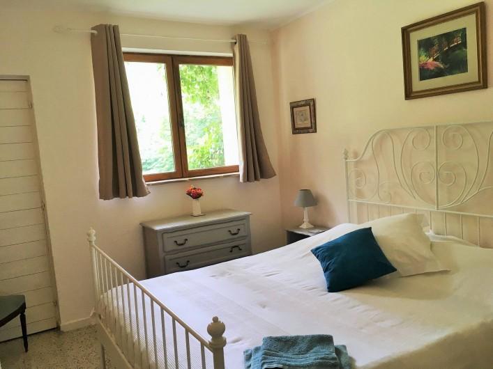 Location de vacances - Gîte à Branoux-les-Taillades - Les Pins (8 pers) chambre double (lit 160 x 200cm)