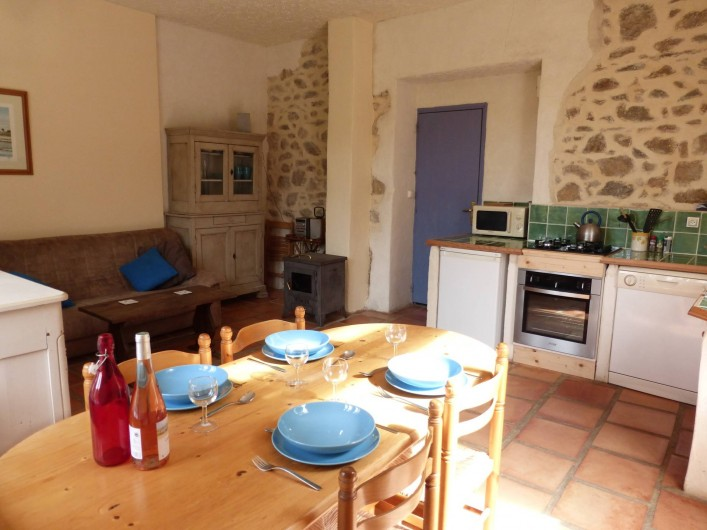 Location de vacances - Gîte à Branoux-les-Taillades - Les Tilleuls (5 pers); salon avec cuisine americaine