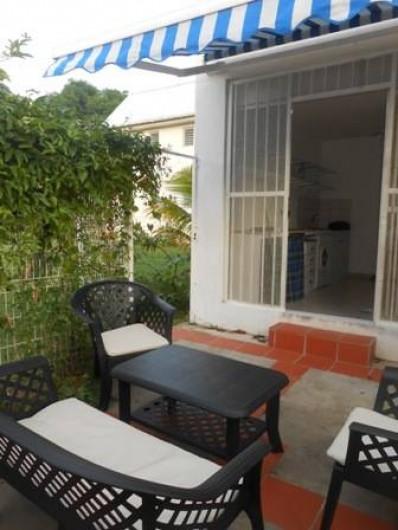 Location de vacances - Appartement à Les Trois-Îlets - patio extérieur, avec store, et sortie sur le jardin