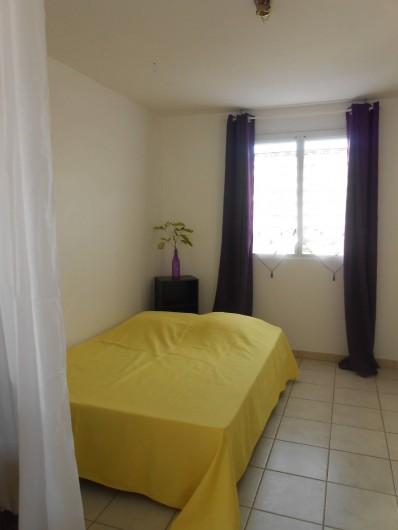 Location de vacances - Appartement à Les Trois-Îlets - Lit 140, rideaux occultant, ventilateur sur pied et au plafond.