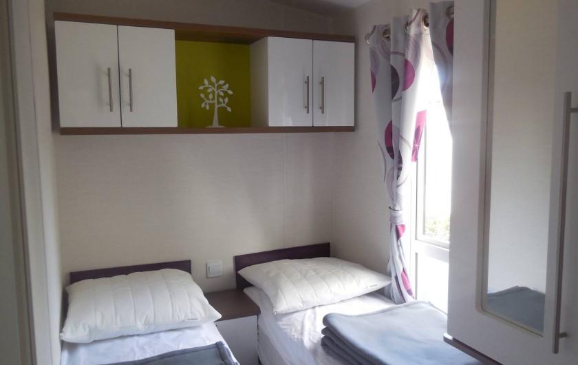 Location de vacances - Bungalow - Mobilhome à Grimaud - Chambre avec 2 lits simples