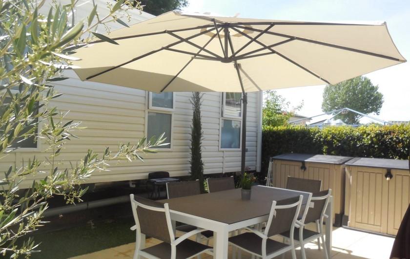 Location de vacances - Bungalow - Mobilhome à Grimaud - Table de jardin avec 6 chaises et parasol déporté