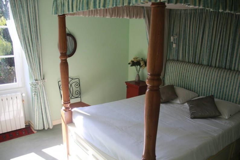 Location de vacances - Villa à Saint-Moreil - Au premier étage spacieux, confortable chambre avec un lit à baldaquin