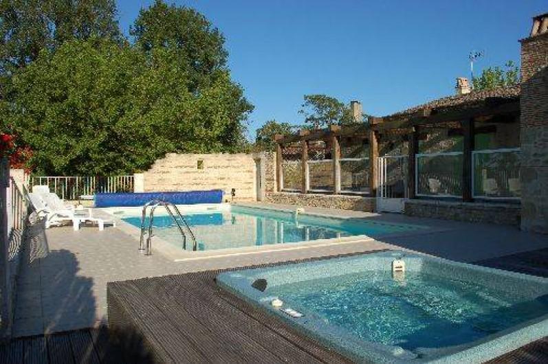 Location de vacances - Gîte à Saint-Méard-de-Gurçon - Espace piscine et spa, vue accessible de la terrasse pour surveiller la piscine