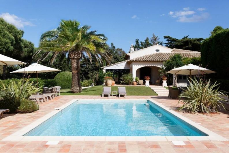 Location de vacances - Chambre d'hôtes à Saint-Tropez - Vue de la maison depuis la piscine