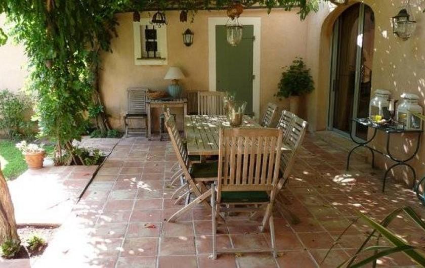 Location de vacances - Chambre d'hôtes à Saint-Tropez - Salle à manger d'été extérieure