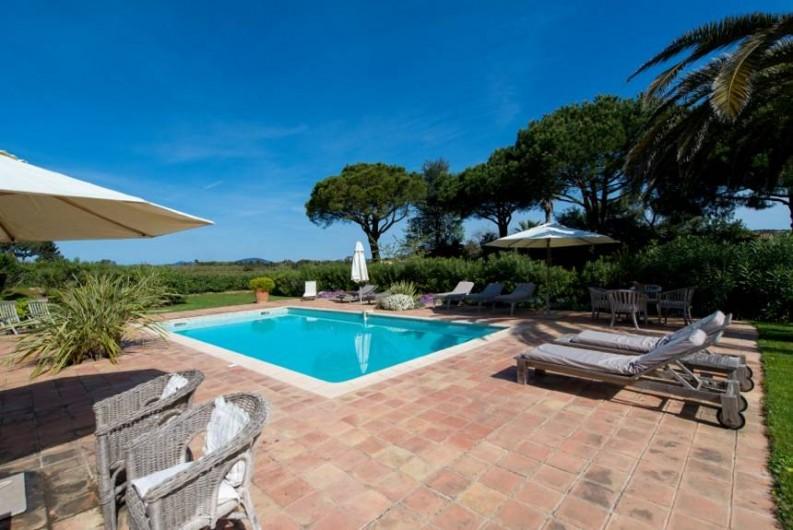 Location de vacances - Chambre d'hôtes à Saint-Tropez - Vue de la piscine depuis la maison